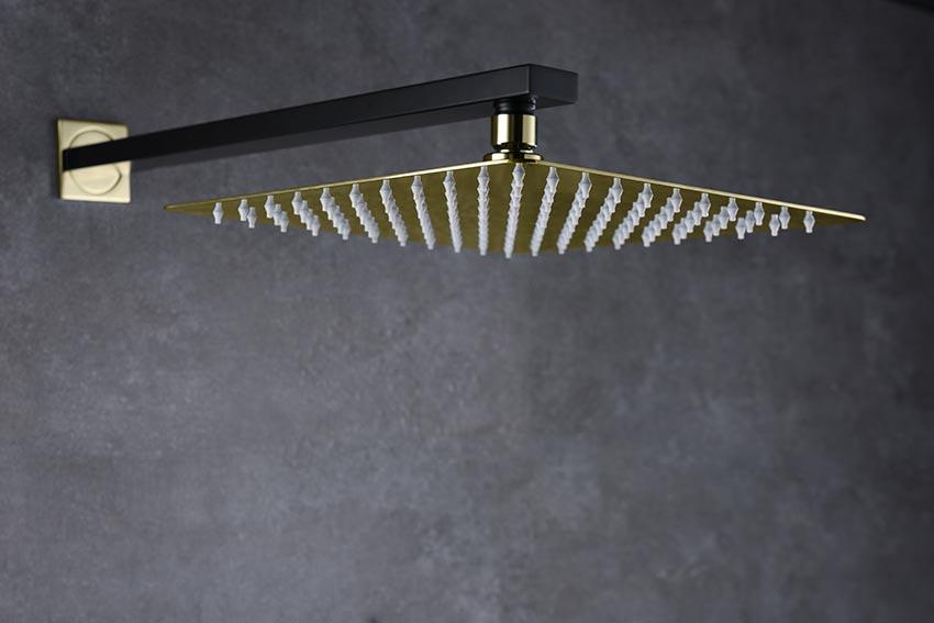 ducha empotrada serie Suecia negro-oro detalle