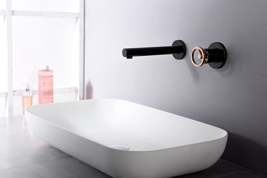 Grifo lavabo empotrado negro oro rosa ambiente
